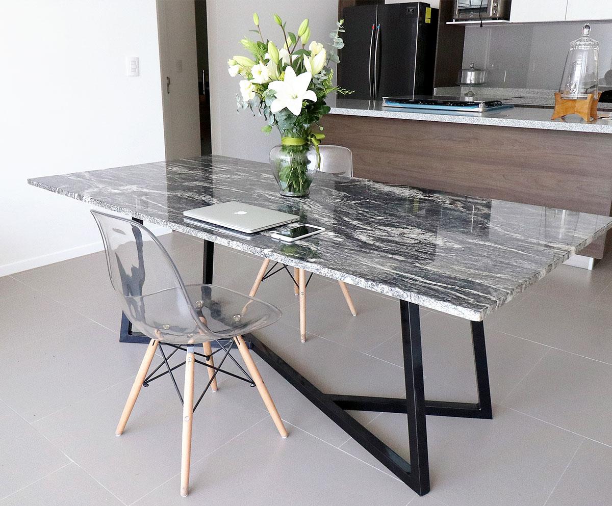 Mesa de mármol blanco o negro, ¿cuál luce mejor en casa?